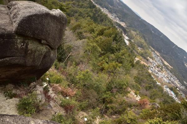 うさぎ岩の背後から眺める