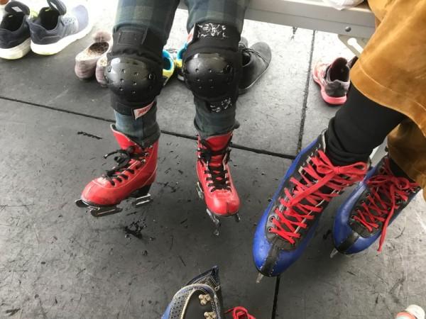 子ども用の2枚刃のスケート靴(左)