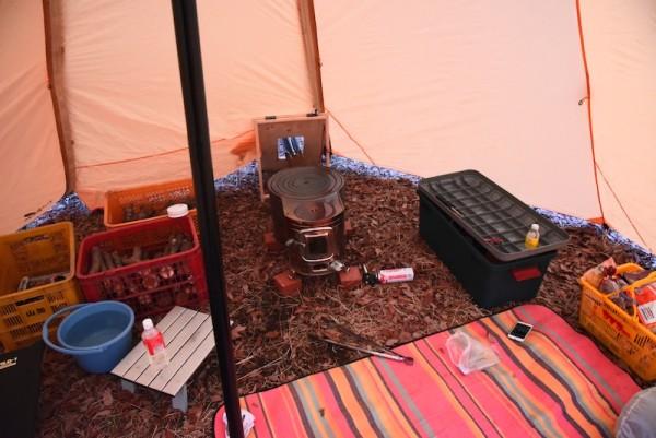 ちょっと片付けるべきテント内
