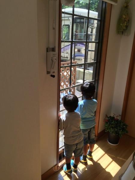 隣に大きい窓があるのに小さい窓から見る人たち