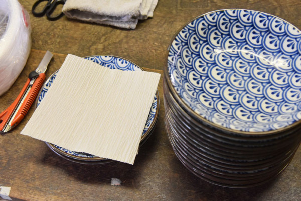 クレープ紙をはさんでお皿を重ねるフェーズ