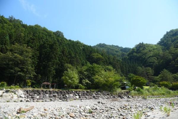 川面より少し高くなっているキャンプサイト
