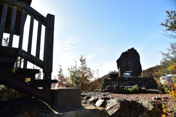 猿啄城展望台のそばの石碑