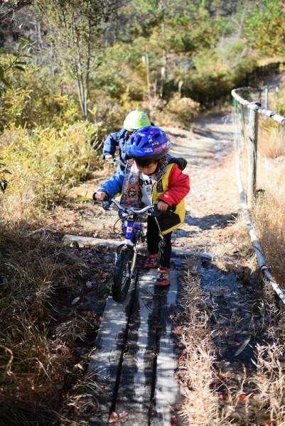 山道でも自転車を手放さない人たち